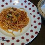 felicibo - お皿もキュート!パンチェッタとズッキーニのトマトソーススパゲッティ、バゲット
