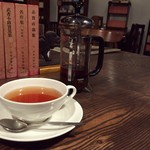 青山文庫 - 紅茶はフレンチプレスで。 後ろには味のある日本文学全集。