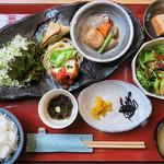 田園茶屋 いとわ - ヨメは「おばんざい定食」(980円)。女性受けしそうな定食ですこと。