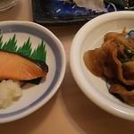 68694535 - 定食には小鉢が二種類付く。あとミニサラダ