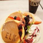 ELK NEW YORK BRUNCH - カスタードとMIXベリーのパンケーキ  3枚 ドリンクセット 1706円