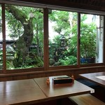 うなぎ・日本料理 ゑびす家 - 入って左手奥の小上がり席はお庭が見えます