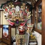 うなぎ・日本料理 ゑびす家 - 立派な熊手など縁起物コーナー