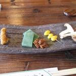 そば処 ほたる庵 - 料理写真:豆腐をいただいてると最初の前菜が運ばれてきました。  お漬物、刺身こんにゃく、蕎麦味噌、銀杏、しいたけの前菜セットです。