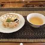 テホン - 烏龍茶と豆菓子