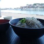田子の浦港 漁協食堂 - どんぶり越しに港を望む
