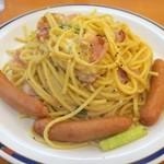スパゲッティキング - トッピングソーセージは皿の端に並べられる