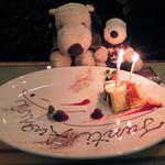 イル メルカート アンジェロ - アニバーサリーカードの特典の2つ目は 「メッセージ入りデザートプレートサービス!」。 おうちの人がお誕生日だったので、 こんな素敵なプレートを用意してもらえたよ。