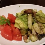 グリルアンドバー ハナヤ - たことアボカドのわさびバジル…たこが柔らかい。わさびとバジルがドレッシングに深みを加え、サラダを美味しく仕上げた。アボカドはどの料理にも合う。