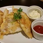 グリルアンドバー ハナヤ - フィッシュ&チップスのグリル…フリットされたフィッシュは柔らかく、美味しい。ポテトはホクホクだ❢