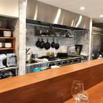 68714386 - オープンキッチンに面したカウンター
