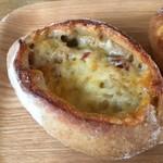 68714645 - イベリコチョリソーとマンチェゴのライ麦パン