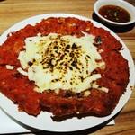 韓国居酒屋 メガトンパンチ - キムチチーズチヂミ