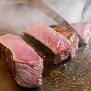 鉄板で豪快に焼き上げる肉料理が自慢