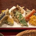 手打そば くりはら - 天ぷら ズッキーニ、カボチャ、ナス、タマネギ、舞茸、モロッコインゲン?、椎茸のような食感のキノコ?、ニンジン、トウモロコシ