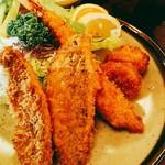 松村 - 12cmの鯵フライ2切れ、18cmの海老フライ、帆立フライ2個。付け合せの生野菜にはセロリが1本つきます。