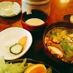 松村 - 豚汁に変更は+100円(税別)。奥に見えるは自家製なんでしょうドレッシング。