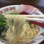 麺 dining だいふく - 欧風豚骨拉麺(864円)麺リフト