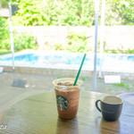 スターバックス・コーヒー - テラスでコーヒーを