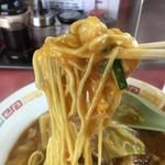 中華家がじゅまる - 麺にスープが絡む