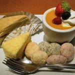 う~みや うーちばる - 黒糖ミルクレープ(左上) マンゴープリン(右上) スフレのレモンチーズケーキ(左下) ちんすこう(プレーン)(ゴマ)(紅芋)(右下)