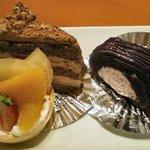 う~みや うーちばる - 泡盛くらショコラ(左) 紅芋のムース(右) フルーツタルト(下)