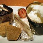 う~みや うーちばる - 泡盛チョコマフィン(左上) 黒糖バームクーヘン(左下) 苺ショートケーキ(中央) 南国ココナッツミルクアイス(右)