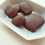 ルート・デュ・ショコラ 目白店 - 生姜の砂糖煮をダークチョコでコーティングしたもの。