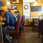 らー麺 鉄山靠 - 「鉄山靠山口店」カウンター席とテーブル席
