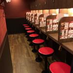 一蘭 - 食事スペースはこんな感じ、お昼にはこれが満席になっちゃう