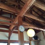 上野製麺所 - 天井の梁。奥のスピーカーから落ち着ける音楽が流れます