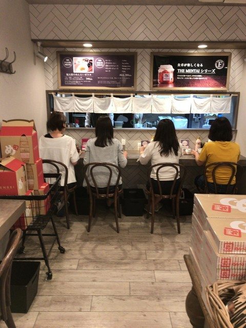 福太郎 博多デイトス店 - 店の奥にあるカウンター4席だけのイートインコーナー
