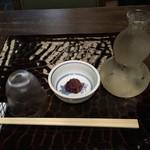 68739888 - 冷酒「菊正宗樽酒」 ¥750  梅くらげが付いてきた