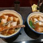 烈志笑魚油 麺香房 三く - 夫婦三く 左はとん平の肉かけ大盛です。