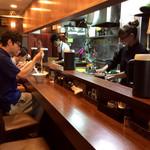 中華蕎麦 葛 - 店内風景。カウンターのみの狭小店舗だが、厨房も含めて整理整頓されている感じだ。