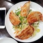中華菜館 水蓮月 - 鉄板太餃子(iPhoneと比較して)