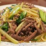 中国料理 慶福楼 - セロリと牛肉入り焼きそば1,250円+税の大盛200円+税