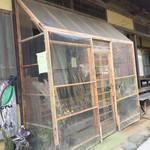 和洋食道 Ecru - 店舗入り口…お手製の風除室です