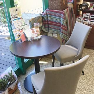 ミカドコーヒー 軽井沢ツルヤ店 - ツルヤのテーブル&チェア、ベンチもありますが、ミカド珈琲のコーナーの奥にも、ひっそりと、ひとつだけ、やけに落ち着くテーブルがあります♡