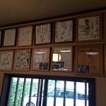 ふれあいの家 - 『ふれあいの家』店舗内観。数多くのTV取材等をうけているようで、色紙がたくさん飾られていた。