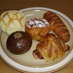ぱんやベッキー - 左上:メロンぱん、右上:プロシュート、中:シナモンロール、左下:珈琲あんぱん、右下:ベーコンとチーズのクロワッサン