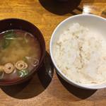 ぶりあん - 味噌汁と麦入りご飯