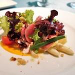 68768958 - ホワイトアスパラと生ナム、季節野菜のサラダ仕立て、人参と半熟卵のソース