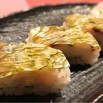 小田原おでん本店 - 鯵の押し寿司もいい塩梅