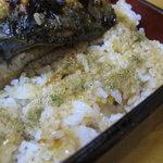 豊松 - 鰻をめくってご飯に山椒をかけます