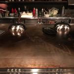 お好み焼き いまり - カウンターの鉄板