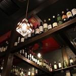 肉とチーズ 川崎肉バル樽屋 - 頭上にはワインボトルがお洒落に並んでいます