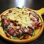 川崎バル 樽屋 - 自家製ハムと半熟卵のルッコラサラダ