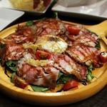 川崎バル 樽屋 - 自家製ハムと半熟卵のルッコラサラダ チーズの下