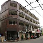 麺吉 どんどん - この建物の1階です。